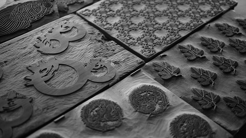 江戸時代より代々受け継がれる唐紙の板木(はんぎ)